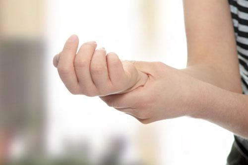 Thoái hóa đốt sống cổ thường gây đau và tê lan dọc cánh tay. Ảnh minh họa