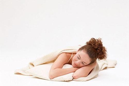 Khi ngủ bạn cũng nên gối thấp đầu, không tự gối đầu lên tay. Ảnh minh họa